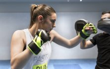 Young woman in gym doing boxing training — Stock Photo