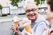 Couple aîné aiment manger de la crème glacée — Photo de stock