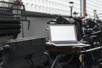 Ordinateur portable en imprimerie — Photo de stock