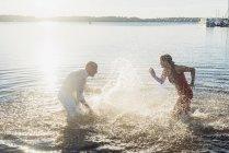 Couple s'amuser au bord du lac — Photo de stock