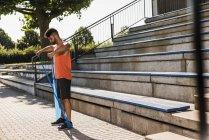 Atleta che si esercita con banda di fitness — Foto stock