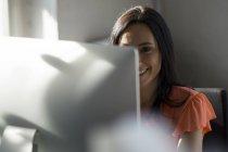 Femme d'affaires travaillant sur ordinateur — Photo de stock