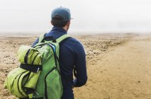 Hiker with backpack looking at view — Stock Photo