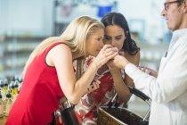 Дві жінки, які пахнуть на крем jar в магазин — стокове фото