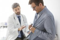 Doctor with patient in examination room — Stock Photo