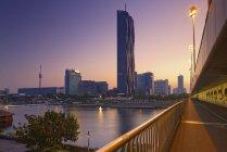 Austria, Vienna, ve a la ciudad de Danubio con torre de Dc - foto de stock