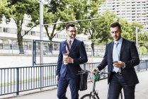 Бізнесмени, прогулянки з велосипеда — стокове фото