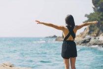 Mulher com macacão na praia — Fotografia de Stock