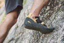 Крупный план ноги альпиниста на скале — стоковое фото