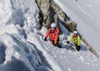 França, Chamonix, Alpes, Petit Aiguille Vert, montanhistas sorridentes subindo na encosta — Fotografia de Stock