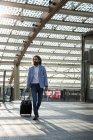Uomo d'affari camminando con valigia — Foto stock