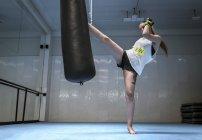 Молода жінка з кікбоксингу в тренажерний зал — стокове фото