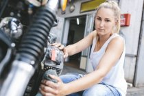 Frau mit Motorrad — Stockfoto