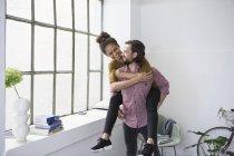 Glückliches Paar in neue flache Huckepack — Stockfoto