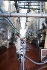 Працівник контролює цистернах з нержавіючої сталі для харчової промисловості — Stock Photo