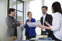 Gruppe von Geschäftsleuten diskutiert im Amt — Stockfoto