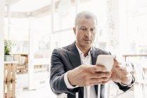 Бізнесмен, використовуючи смарт-телефон — стокове фото