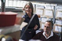 Senior mulher e homem em uma fábrica — Fotografia de Stock