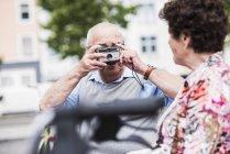 Foto de tomada sênior homem de mulher — Fotografia de Stock