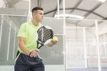 Concentrated paddle tennis player on court — Stock Photo