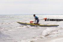 Молода людина, каяках в морі — стокове фото