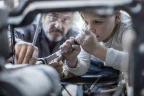 Uomo e ragazzo che lavora su auto — Foto stock