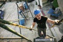 Работник, носить шлем восхождение наверх — стоковое фото