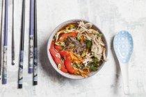 Стеклянная лапша салат в миске — стоковое фото