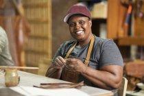 Ritratto di donna sorridente in pelle seminario — Foto stock
