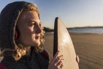 Teenager Mädchen am Strand mit Surfbrett — Stockfoto