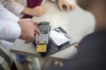 Cliente che paga con carta di credito nel ristorante — Foto stock
