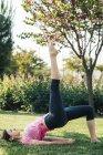 Молодая женщина занимается йогой в парке — стоковое фото