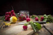 Preparación de rábanos rojos en vinagre - foto de stock