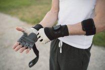 Homme portant des gants d'entraînement — Photo de stock