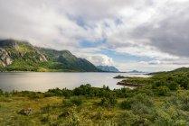 Norvegia, Lofoten, Austvagoya, vista fiume con colline su priorità bassa — Foto stock