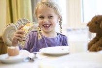 Портрет щасливі Блондинка Дівчинка сніданок столом — стокове фото