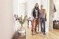 Portrait d'homme et de femme debout en studio — Photo de stock