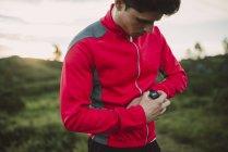 Trail runner uomo controlla vigilanza — Foto stock