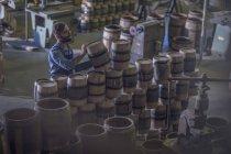 Чоловічий Купер Нагромаджуючі вина барелів — стокове фото
