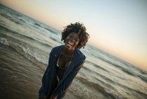 Jovem feliz à beira-mar — Fotografia de Stock