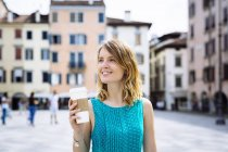 Jovem com café para ir — Fotografia de Stock