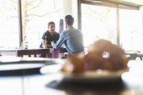 Zu Männern, die sich in einem Café treffen — Stockfoto