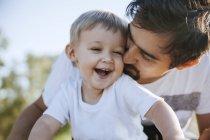 Père de câlins avec fils — Photo de stock
