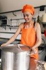 Cozinhe com panela grande — Fotografia de Stock