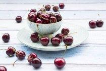 Cuenco de cerezas frescas - foto de stock