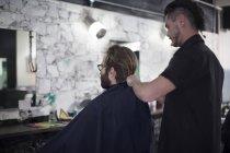 Професійний перукар і клієнтів, Мис в перукарні — стокове фото
