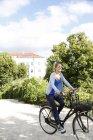 Bicicleta de mujer joven del montar a caballo en el parque - foto de stock