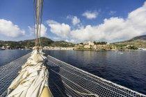 Italien, Sizilien, Lipari, Vorderansicht des Bootes über Wasser — Stockfoto