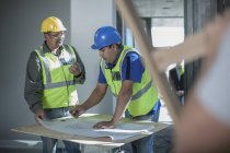 Two construction workers talking on construction site — Stock Photo