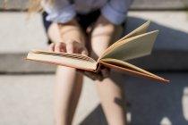 Frau Lesen Buch — Stockfoto